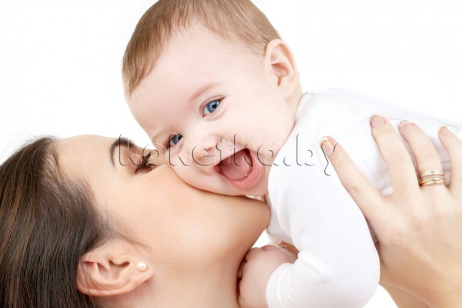 У младенца вытираются волосы