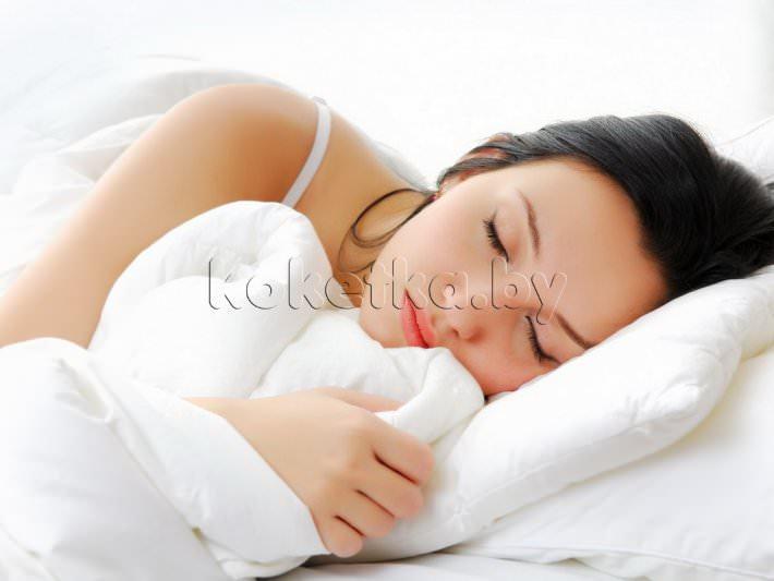 Спящей девушке пристал парень 1 фотография