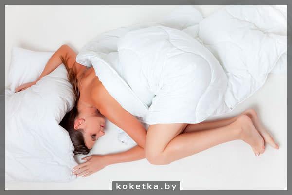 Спящая девушка в начале беременности