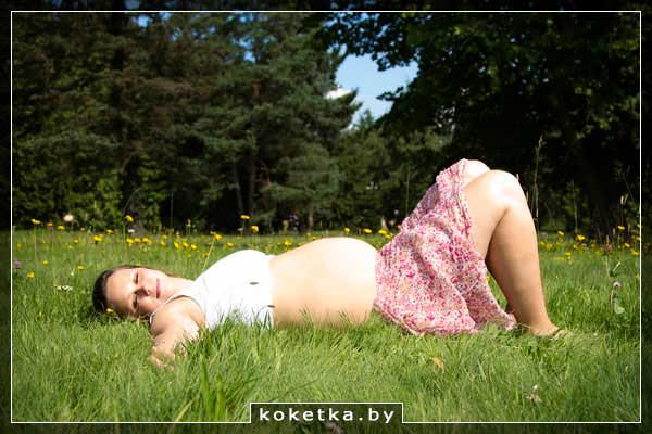 Беременная девушка прилегла поспать во время прогулки на свежем воздухе