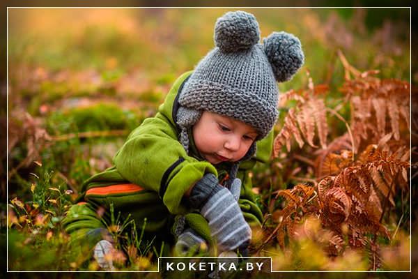 Тепло одетый ребенок ищет еду в лесу