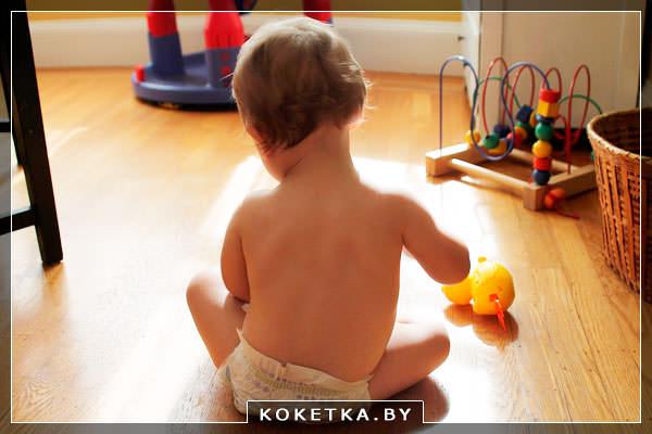 Ребенок играет с деревянными игрушками