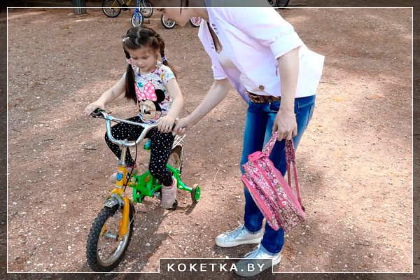 Начать учить малыша ездить на велосипеде