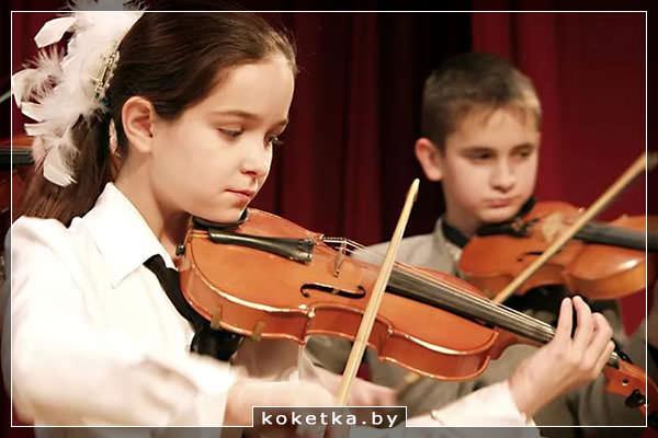 Дети в музыкальной школе играют на скрипке