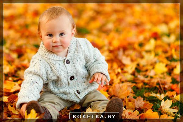 Маленький ребенок гуляет осенью