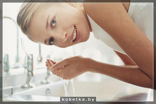 Важно регулярное и правильное очищение кожи утром и вечером