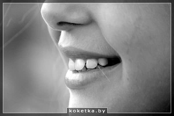 Девушка с белыми зубами и красивой улыбкой