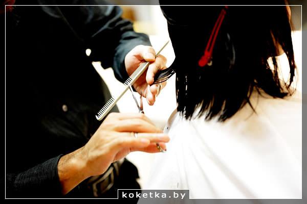 Девушку постригают в парикмахерской