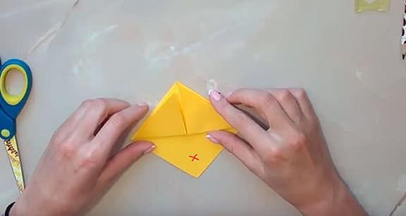 Сгибаем углы, делаем птицу из бумаги