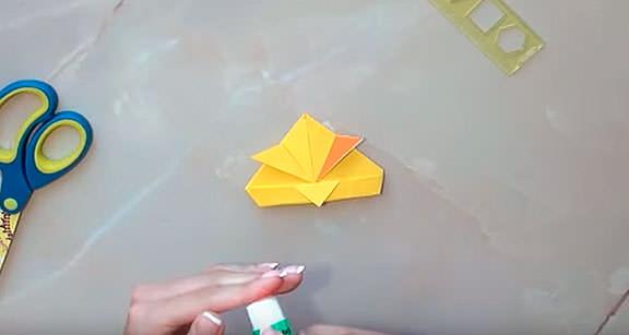 Приклеиваем брови к бумажной птице
