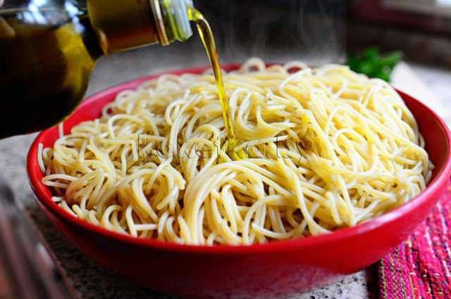 Спагетти с соусом из говяжьего фарша