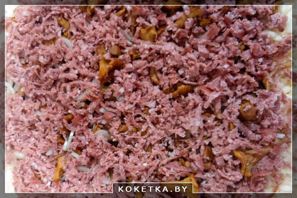 колбасу мясную, натереть на крупной терке и отправить поверх лука