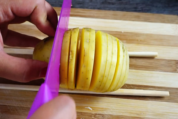 Нарезаем картофельный клубень