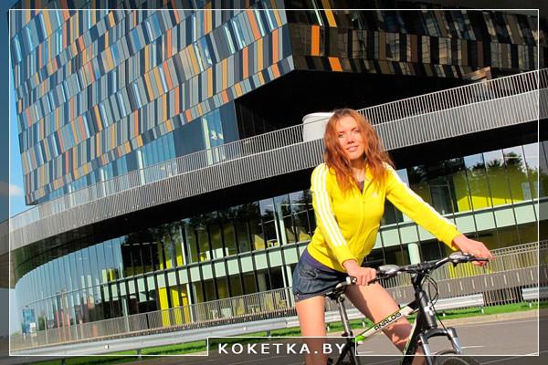 Красивая девушка ездит на велосипеде