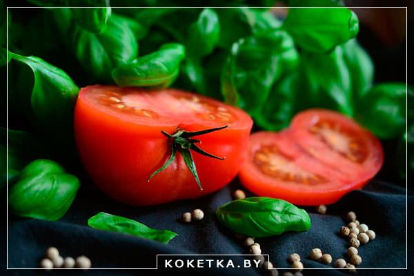 Разрезанный пополам помидор вид изнутри