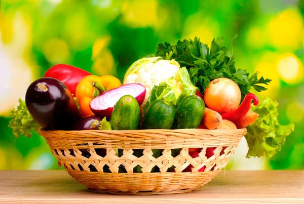 Свежие овощи и фрукты против прыщей